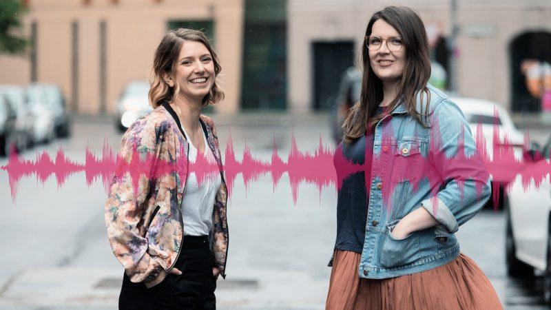Die beiden Leiterinnen vom FIRST STEPS freundlich lachend nebeneinander bei Tageslicht im urbanen Setting