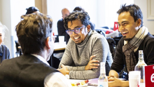 Zwei Produzenten im Gespräch mit einem Kunden auf dem Berlinale Co-Production Market