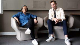 Drehbuchautorin Heide Schwochow und Autor Constantin Lieb sitzen nebeneinander.