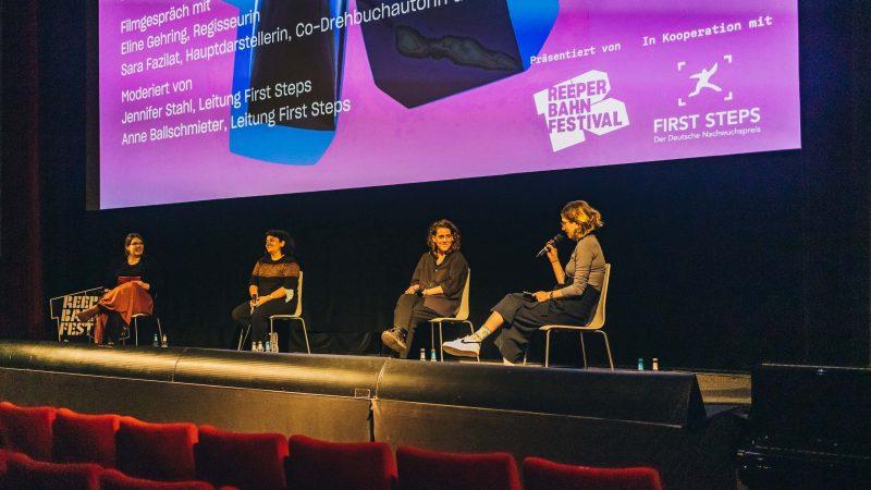 Zwei Moderatorinnen führen ein Filmgespräch mit Regisseurin und Produzentin auf der Kinobühne